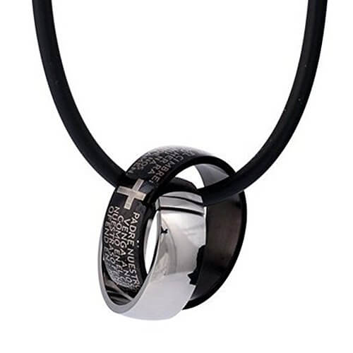 DonDon Kautschuk Halskette mit zwei Edelstahl Ringen mit Kreuzgravur in einem schwarzen Samtbeutel -